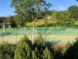 Tenisové hřiště.